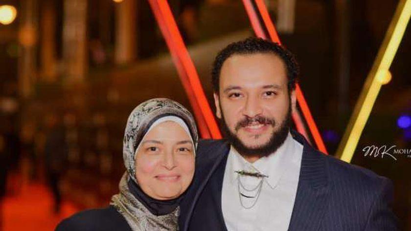 الفنان أحمد خالد صالح، واوالدته الدكتورة هالة زين